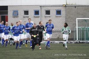De spelers betraden het veld op een groen kunstgras