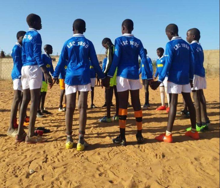 LSC1890 doneert kleding aan jonge spelers in Senegal